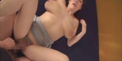 垂れ乳熟女が母乳をたらしながら素股で感じてます