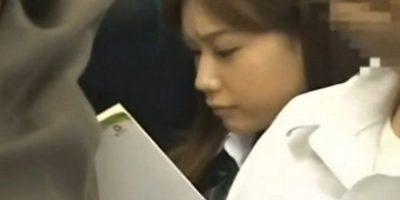 電車で女子校生に背後からチンコをくっ付けて立ちバック素股でするリーマン痴漢