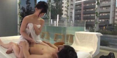 一緒にお風呂に入ってのぼせたカップルがマットでものぼせ上がるエロプレイを見せる