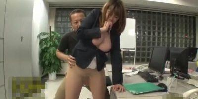 一人で残業中のOLに男が襲い掛かりパンスト立ち素股で発射